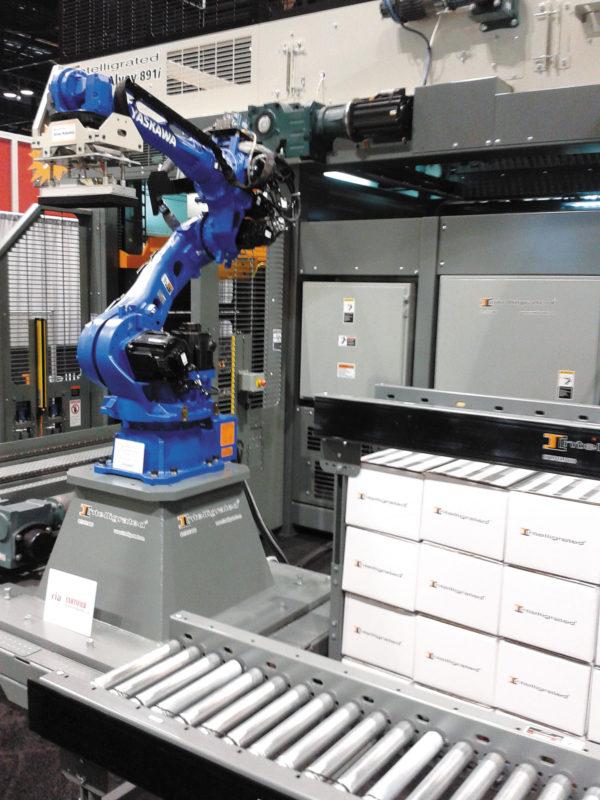Робот, укладывающий поддон на конвейер