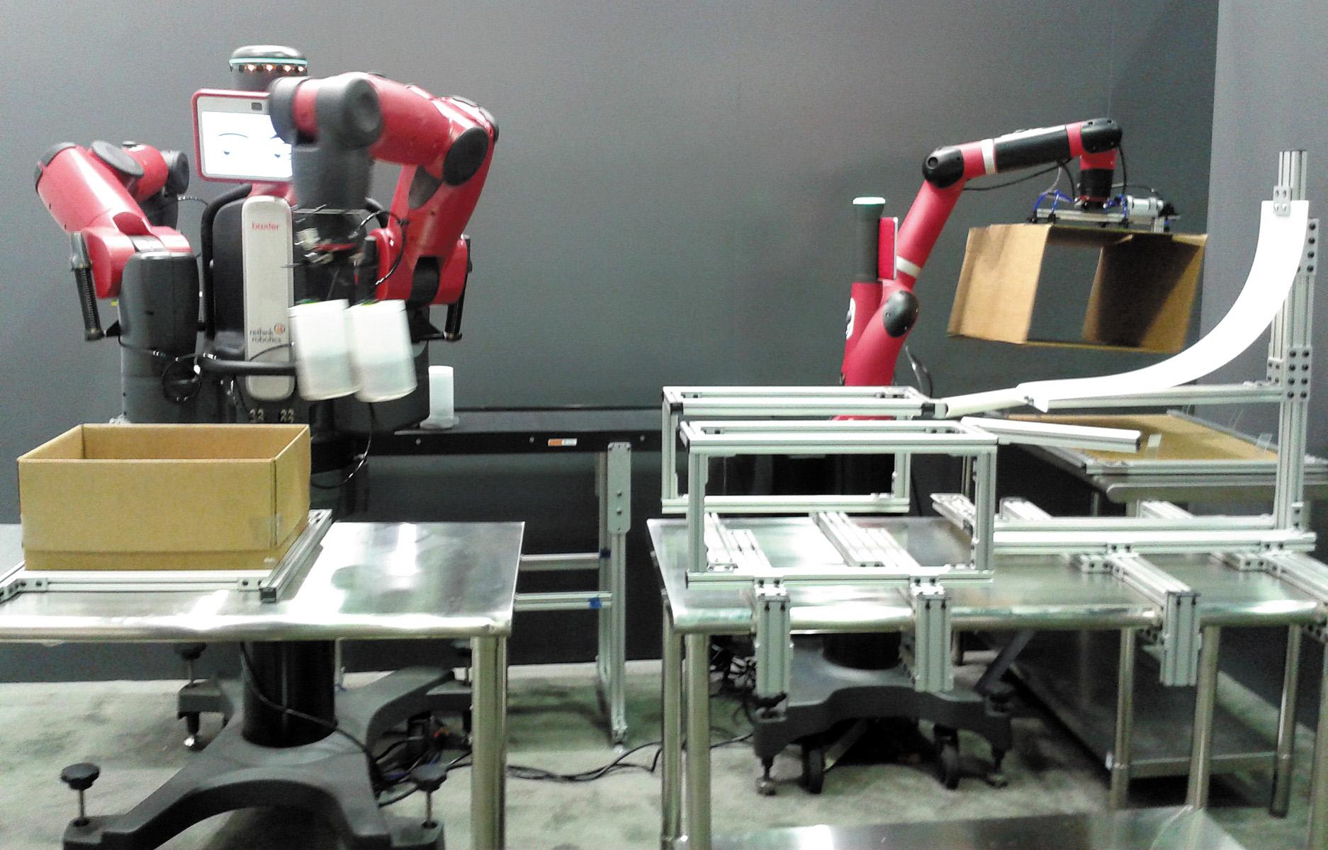 Робот Baxter заполняет коробку, полученную от его «коллеги», робота Sawyer