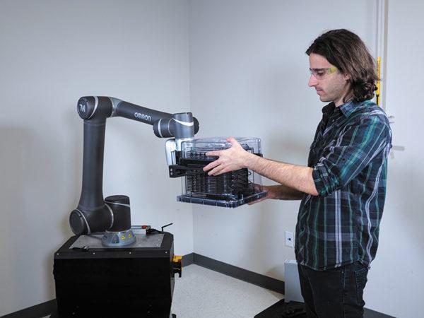 Легкие и разработанные с закругленными кромками коллаборативные роботы специально предназначены для работы рядом с человеком-оператором