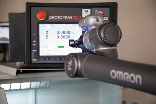Интегрированные камеры видеонаблюдения являются ключевыми компонентами для ввода информации при выполнении совместных задач, таких как, например, выполняет этот робот с визуальным контролем, проверяющий информацию на мониторе станка с ЧПУ