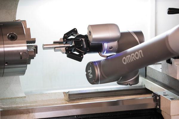 Коллаборативные роботы оптимально подходят для автоматизации задач по обслуживанию оборудования, таких как удаление готовых деталей из станков с ЧПУ
