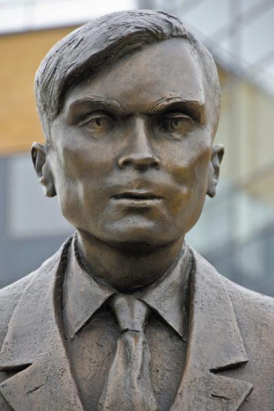 Статуя Алана Матисона Тьюринга в Университете Суррея (Англия)