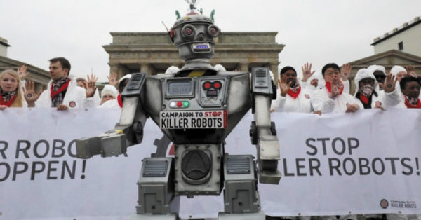 Демонстрация в рамках кампании «Остановить роботов-убийц», организованная немецкой неправительственной организацией Facing Finance в Берлине.