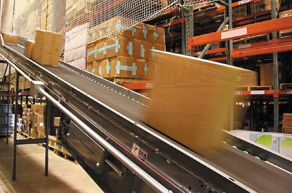 Коробки, движущиеся по штучному конвейеру