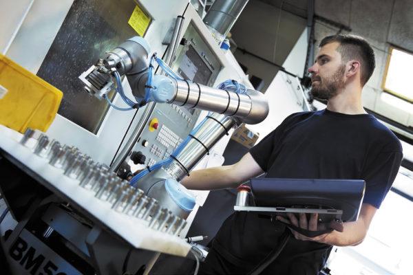 Шестиосевые роботы используются на перерабатывающих и производственных объектах. Роботы легко программируются для выполнения повторяющихся задач