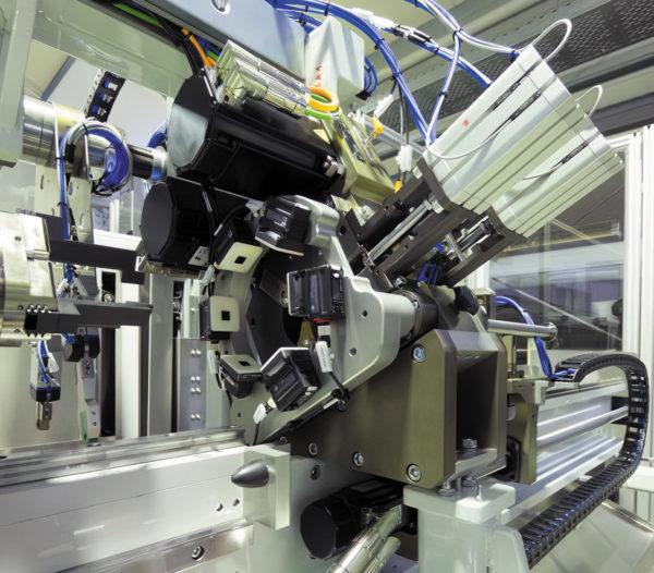 Сервомоторы Kollmorgen AKM обеспечивают синхронизацию с кулачковым управлением обеих осей
