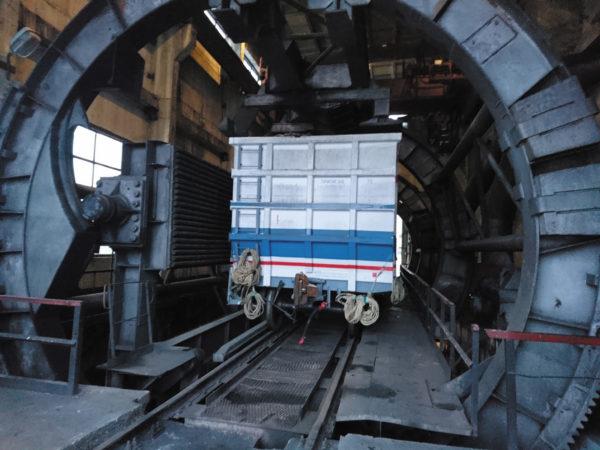 Испытуемый полувагон, установленный для подготовки к испытаниям на разгрузку в вагоноопрокидывателе