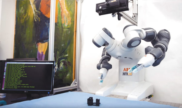 Робот манипулирует объектами, с которыми он никогда не сталкивался, прежде чем исследователи научат нейронную сеть распознавать объекты из миллионов трехмерных моделей и изображений.