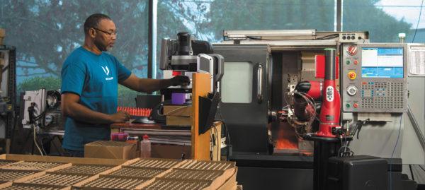 Коллаборативный робот со встроенным искусственным интеллектом работает на токарном станке с ЧПУ на индивидуальной машине изготовления форм для литья под давлением, автоматизируя процесс их создания, достигая улучшения качества продукции и эффективности производства и избавляя операторов от выполнения монотонных, повторяющихся операций.