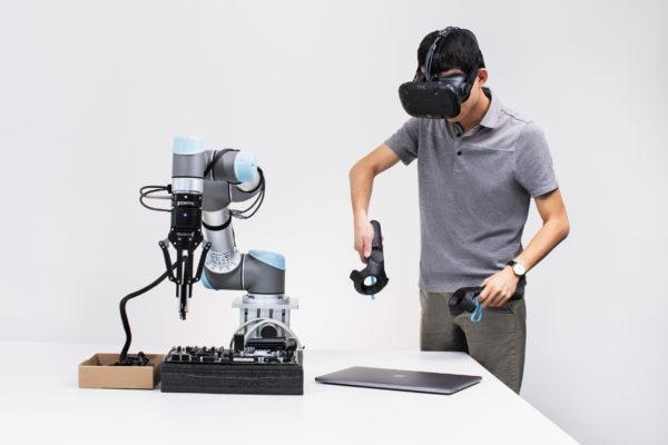 Оператор, использующий гарнитуру виртуальной реальности и устройства отслеживания движения, управляет роботом, показывая ему, как и что захватывать и как манипулировать объектами, чтобы он мог научиться самостоятельно осваивать новые навыки.