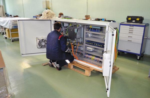 Сборка электрошкафа на предприятии «АТ-Систем»