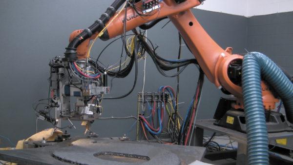 В ходе изготовления используется оборудованный лазерной головкой робот, а сам процесс основан на послойном нанесении лазером уже предварительно разогретой проволоки