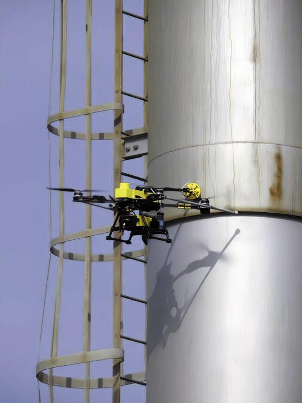 Дрон выполняет ультразвуковые испытания факельной трубы нефтеперерабатывающего завода