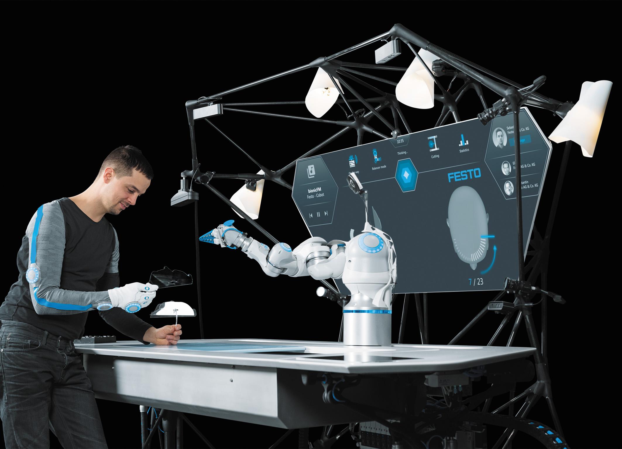 Оператор работает вместе с бионической роботизированной рукой