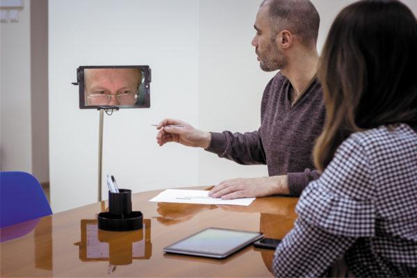 Программист-надомник обсуждает детали проекта с помощью робота