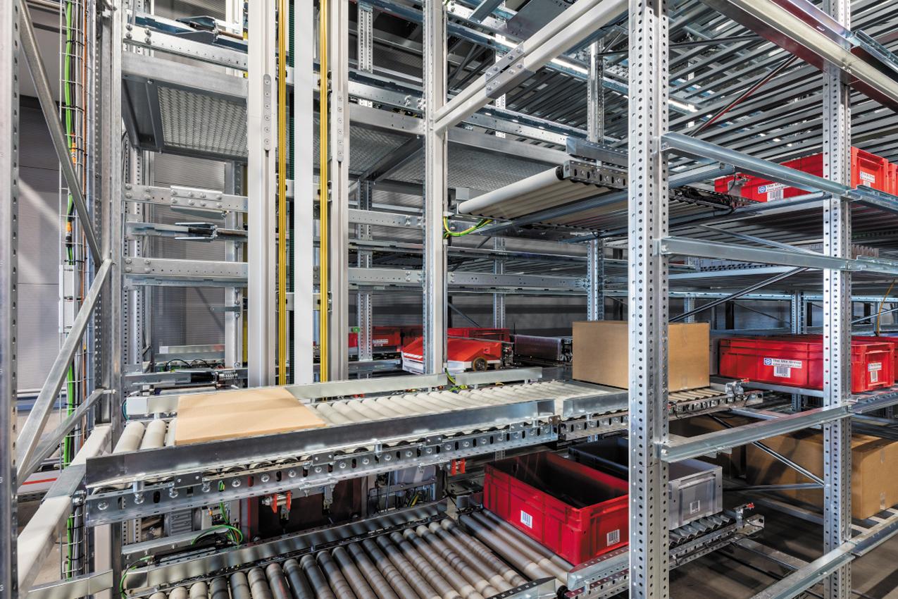 Динамический двухъярусный подъемник перемещает коробки и корзины, загруженные автоматизированной транспортно-складской системой CycloneCarrier, на станции сбора или роботами-палетоукладчиками