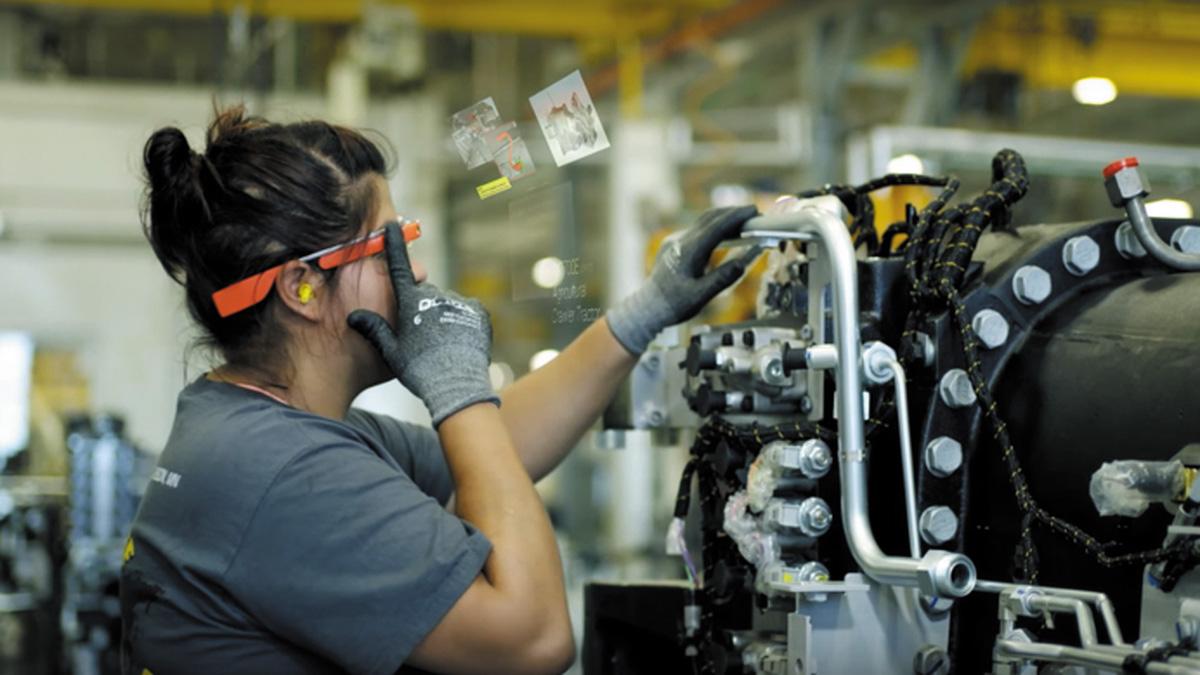 Оператор собирает двигатель трактора с помощью Google Glass
