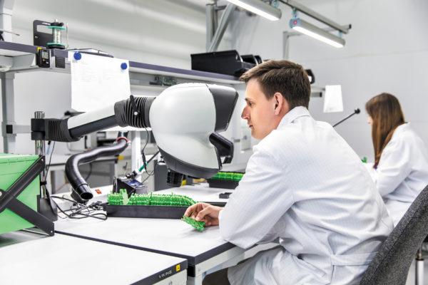 Процесс производства релейных модулей на заводе Phoenix Contact в России