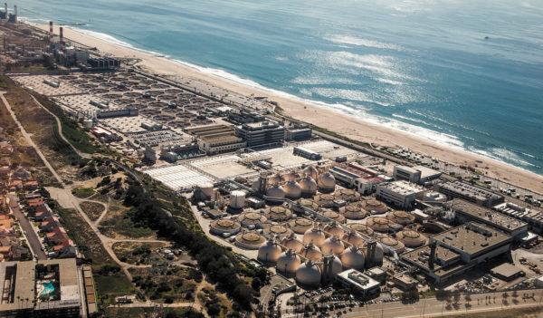 Установка регенерации воды Hyperion в бухте Санта-Моника в Лос-Анджелесе является примером установки по очистке прибрежных сточных вод, которая может потенциально восстанавливать энергию при смешивании морской и очищенных сточных вод.