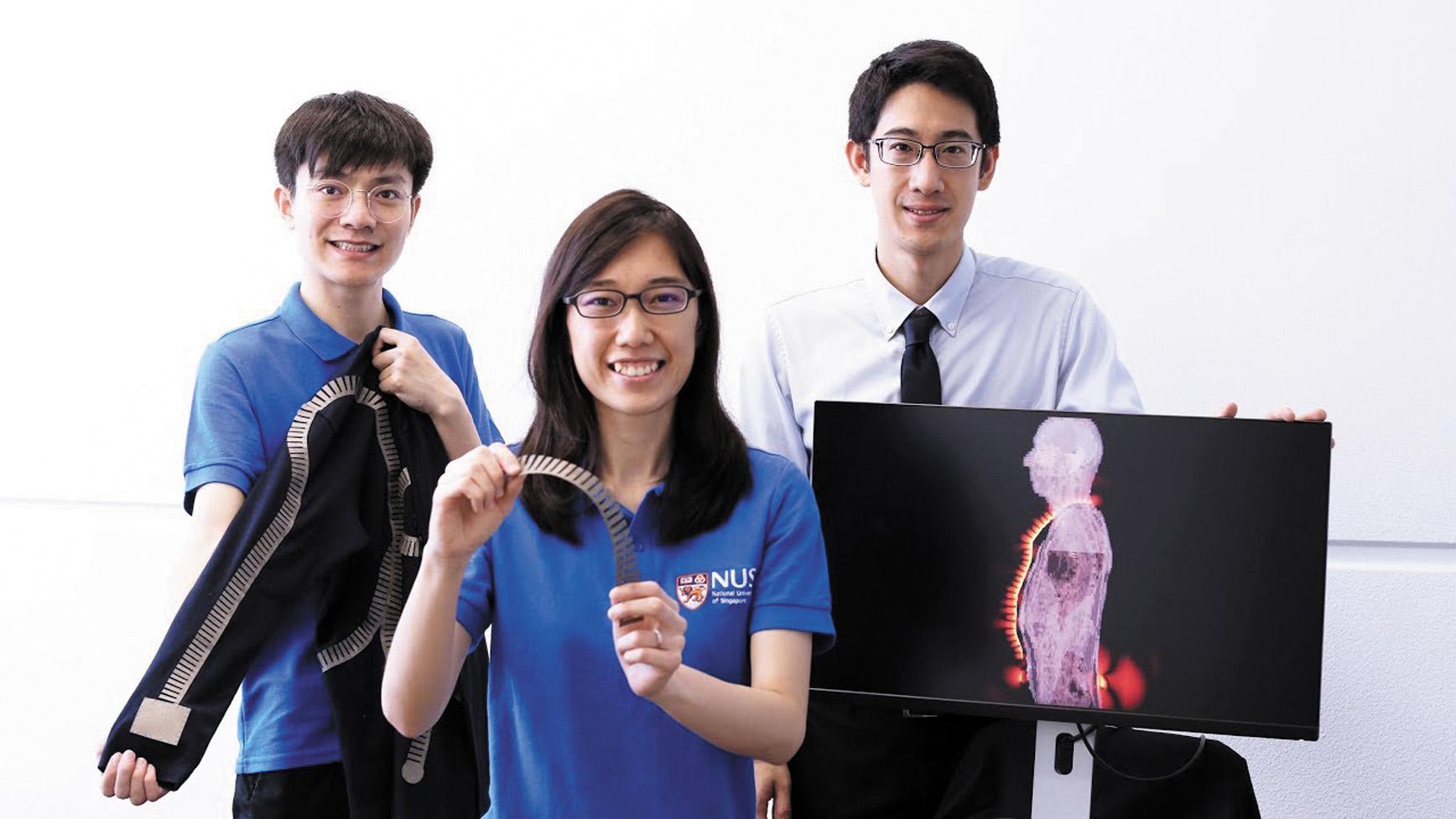 Создатели «умного» текстиля (слева направо): аспирант Си Тянь (Xi Tian), научный сотрудник доктор Пуй Мун Ли (Pui Mun Lee) и доцент Джон Хо (John Ho) вместе с семью исследователями из Национального университета Сингапура потратили целый год на разработку проводящей одежды