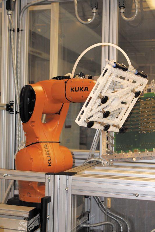 Роботизированная ячейка, разработанная «Макро Групп», на основе манипулятора KUKA