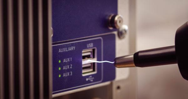 Электростатический разряд является одним из факторов, угрожающих компьютерным системам