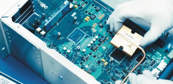 Использование теплоотводов и тепловых трубок в системе охлаждения исключает ненадежные и часто отказывающие вентиляторы