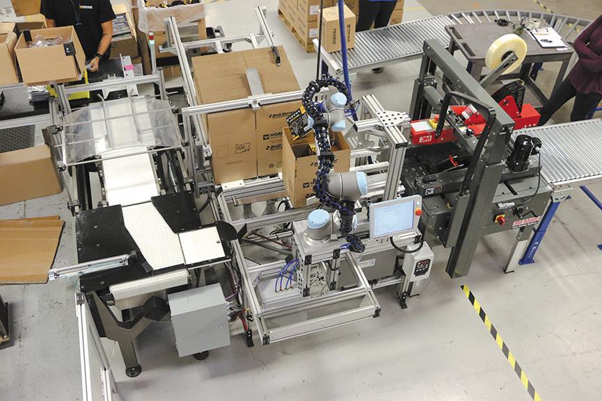 коллаборативный робот UR5 выполняет операции упаковки на производстве сверл