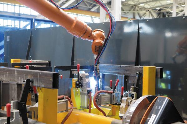 Роботизированная ячейка с трехосевым позиционером для сварки детали модуля крепления передней подвески автобуса. В ячейке использованы пневматические зажимы DESTACO с контролем положения, управляемые в процессе сварки и обеспечивающие 100%-ный доступ ко всем сварочным швам