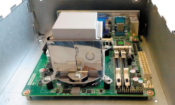 Установленный на плате теплопроводящий модуль FHC высотой 70 мм