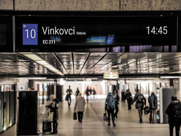 Полосковый монитор на вокзале в Словении