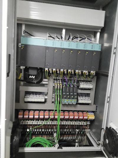 В верхней части этого корпуса системы координированных приводов Sinamics S120 установлены линейный модуль и модули двигателей, которые обеспечивают управление колесом обозрения ICON Orlando
