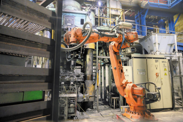 Робот ABB модели IRB 6700 легко перекладывает тяжелые кирпичи