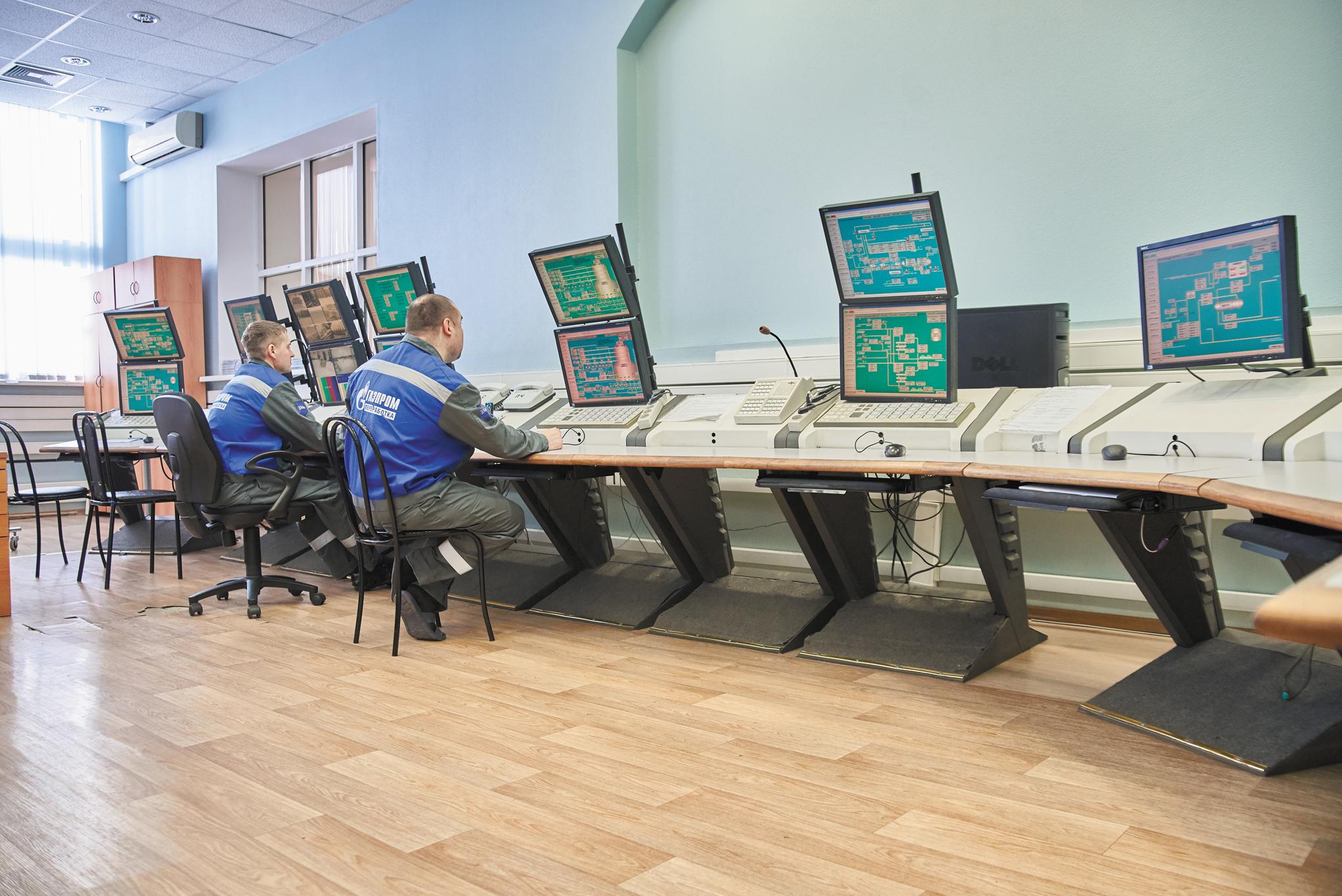 Контроль и управление технологическими процессами У-25 и У-26 осуществляется из центральной операторной.