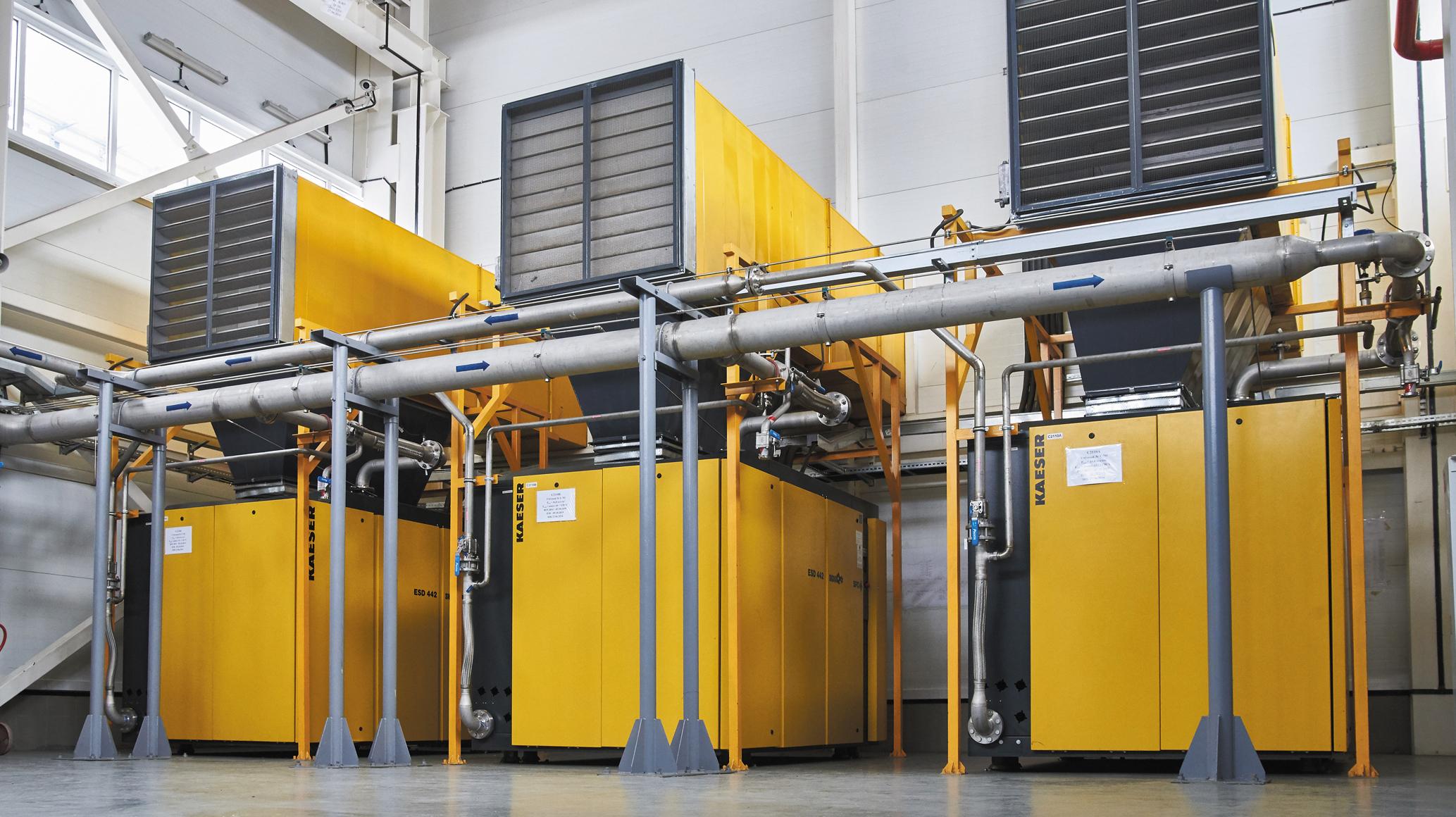 Это винтовые маслозаполненные компрессоры с воздушным охлаждением. Их ноу-хау — возможность подачи нагретого воздуха в машинный зал после охлаждения. Получается, что тепло «от» нагрева используется вторично «для» обогрева машинного зала. Это позволяет экономить тепловую энергию.