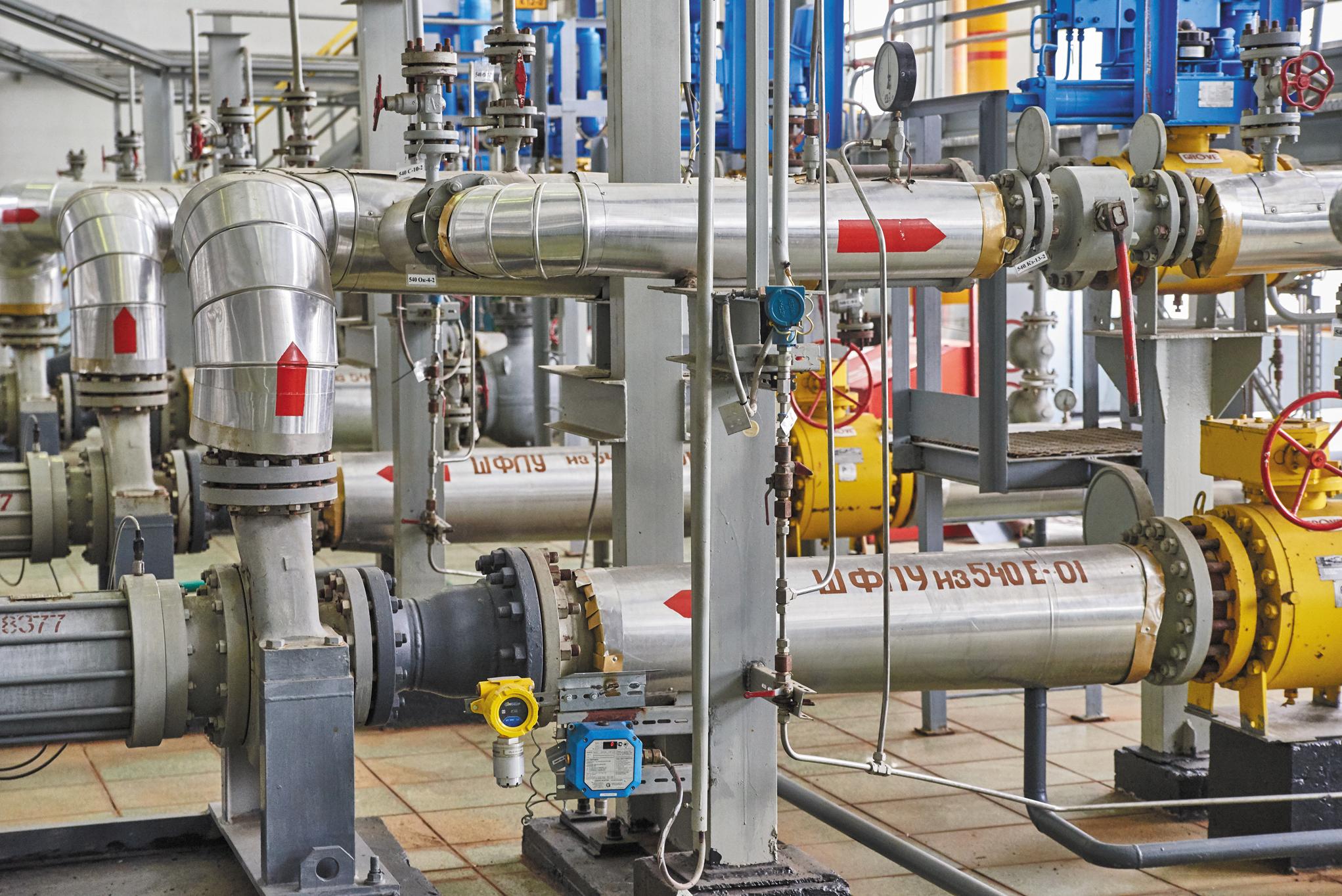А вот ШФЛУ со всех гелиевых блоков поступает на установку №26, где происходит очистка от сернистых соединений, а также получение товарных сжиженных углеводородных газов и пентан-гексановой фракции.