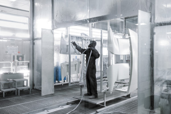 Ручное окрашивание пластиковых деталей кузова на заводе IVECO в Мадриде