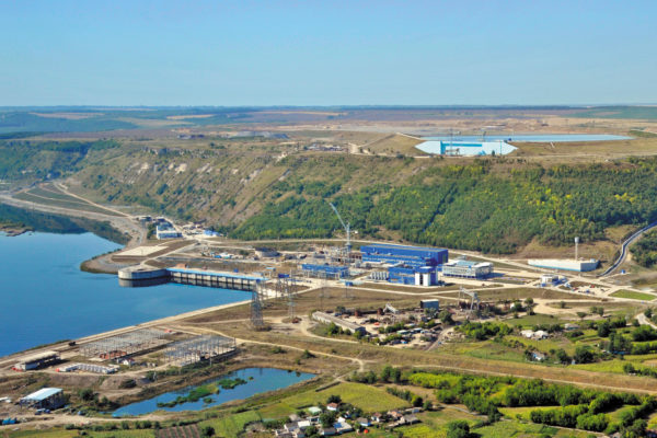 Днестровская ГАЭС (Украина). Расчетная проектная мощность в турбинном режиме составляет 2268 МВт (семь гидроагрегатов по 324 МВт), что делает ее седьмой по мощности ГАЭС в мире, расчетный напор воды — 147,5 м
