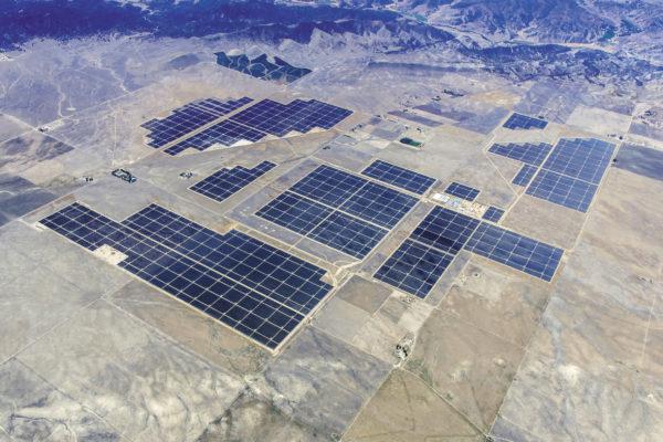 Одна из десяти крупнейших солнечных электростанций Topaz Solar Farm в 2015 г., Калифорния, США