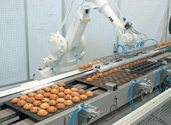 Применение роботов для работы с продуктами питания кексами)