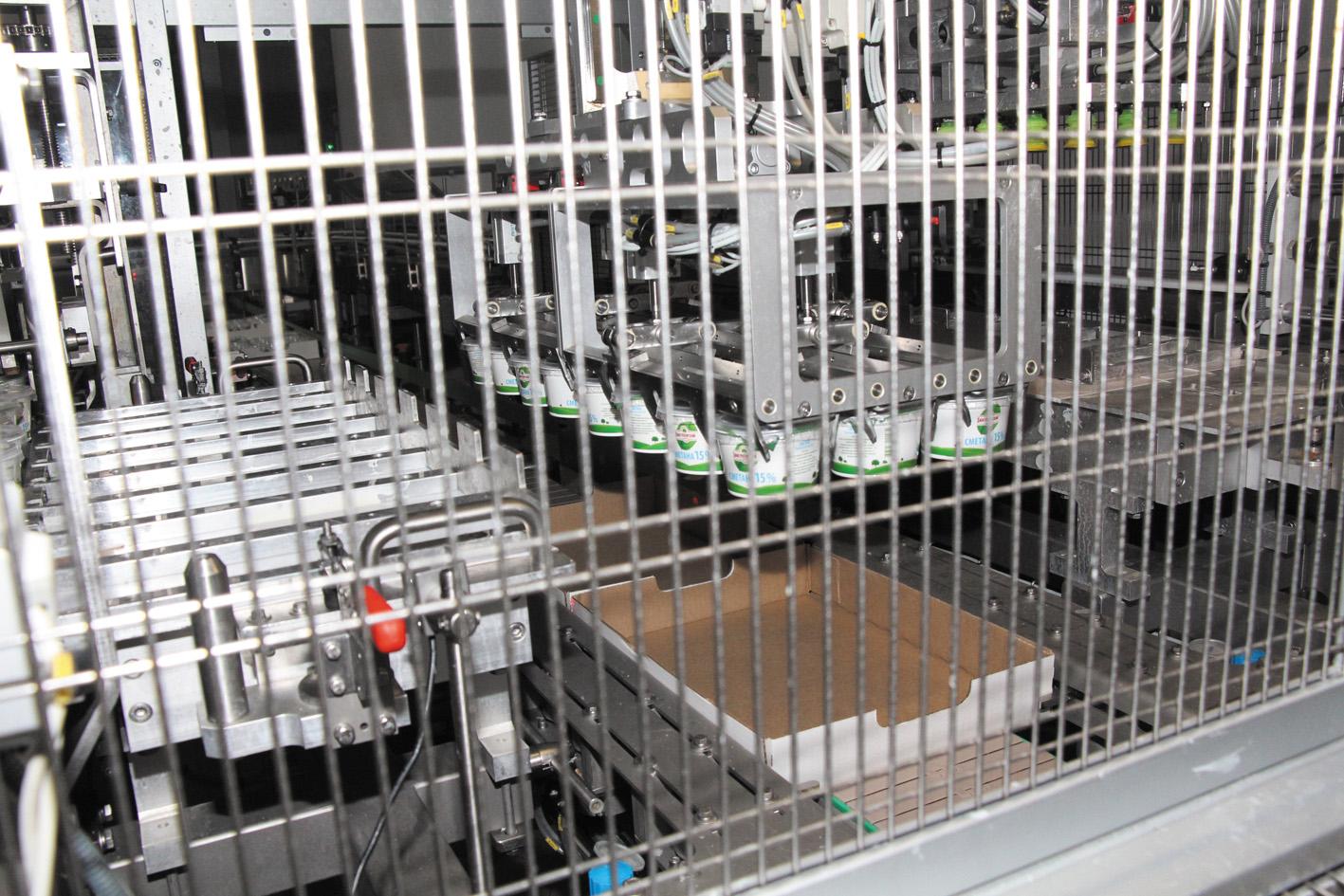 Разливка сметаны в стаканчики в стерильной среде производится автоматом