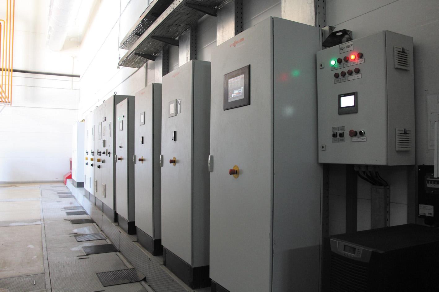 В этих шкафах размещена автоматика, управляющая работой паровых котлов и газопоршневых установок