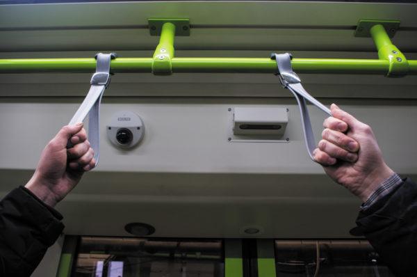 Над каждой дверью установлена оптическая система учета входящих-выходящих пассажиров