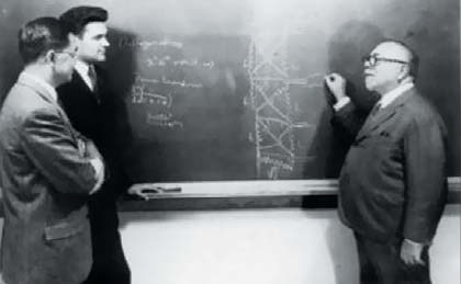 Винер со своим учеником Ю. В. Ли (слева) и коллегой по МТИС А. Г. Бозе (A. G. Bose)