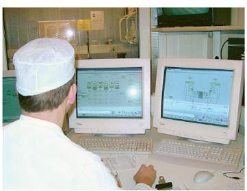 Инженер следит за операциями обработки, используя MES завода Arla Foods