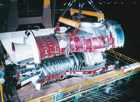 Верхняя оболочка газовой турбины опускается на место. Сжигатель силоса монтируется на отверстии в верхней части. Источник: Alstom