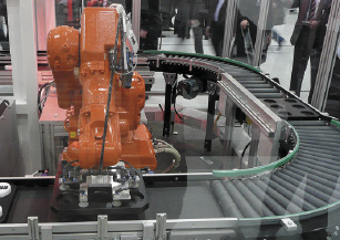 Робот-упаковщик на конвейерной линии
