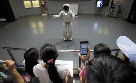 Рис. 5. Asimo, разработанный инженерами Honda, является наиболее продвинутым андроидным роботом на сегодня