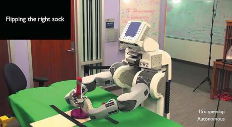 Рис. 8. Робот PR2 медленно складывает носки
