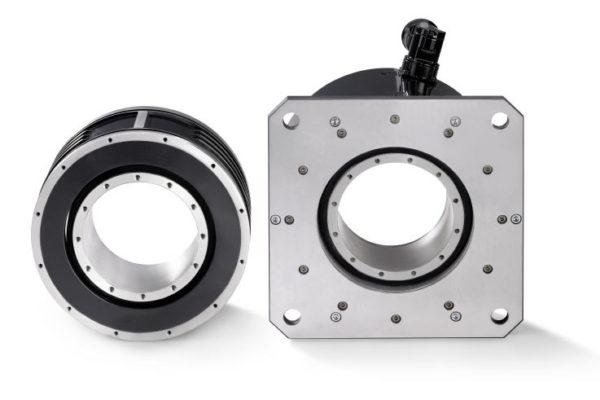 Бескорпусные, высокомоментные двигатели IndraDyn T производства компании Bosch Rexroth состоят из кольцеобразного статора с трехфазными обмотками и ротора с постоянными магнитами. При скорости вращения 60 об/мин двигатель создает постоянный крутящий момент, равный 6300 Нм. На более низкой скорости пиковый крутящий момент равен 13800 Нм.